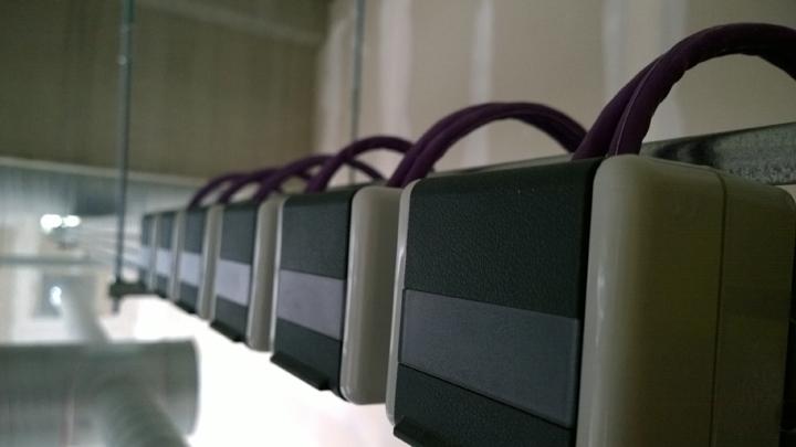 Netzwerkdosen an einer Kabeltrasse.